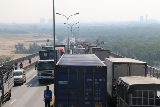 Tài xế bơ phờ trong dòng ôtô kẹt cứng trên cầu Phú Mỹ - Ảnh 5.
