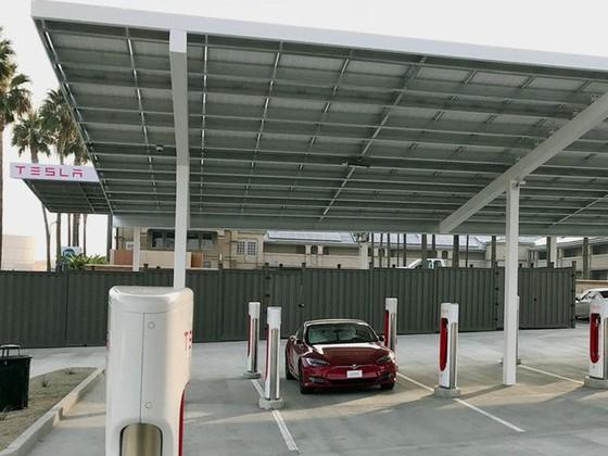 Bên trong trạm sạc điện cho xe ô tô Tesla hiện đại, nội thất chẳng kém gì khách sạn hạng sang, dự kiến bố trí thay các trạm xăng truyền thống - Ảnh 11.