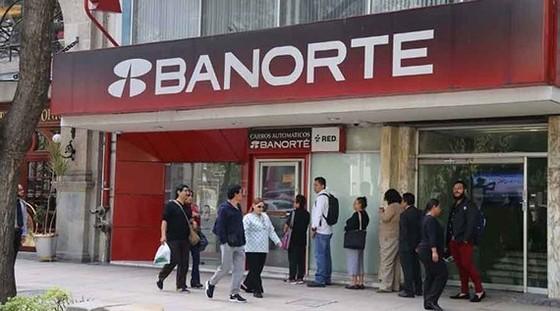 Các ngân hàng đã chuyển sang phương thức giao dịch chậm hơn nhưng an toàn hơn. Ảnh: Vallartadaily