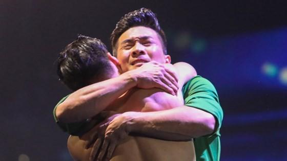 Quốc Cơ - Quốc Nghiệp làm khán giả thót tim tại chung kết Britain's Got Talent 2018 ảnh 10