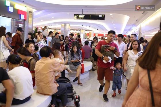 Lượng người Sài Gòn đổ về Landmark 81 ngày cuối tuần tăng đột biến, nhiều khu vực chật kín khách - Ảnh 2.