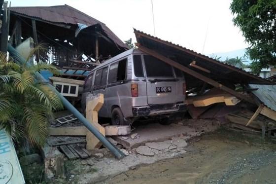 Số nạn nhân thiệt mạng do động đất và sóng thần tại Indonesia đã lên tới gần 400 người ảnh 8