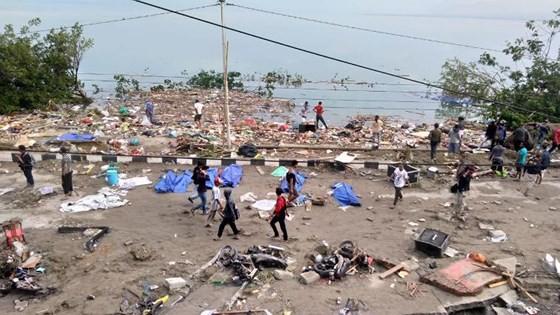 Số nạn nhân thiệt mạng do động đất và sóng thần tại Indonesia đã lên tới gần 400 người ảnh 11