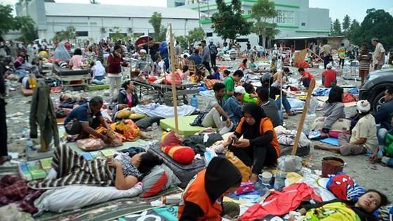Số nạn nhân thiệt mạng do động đất và sóng thần tại Indonesia đã lên tới gần 400 người ảnh 1