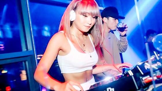 Một buổi chơi nhạc của DJ Tyty và các đồng nghiệp