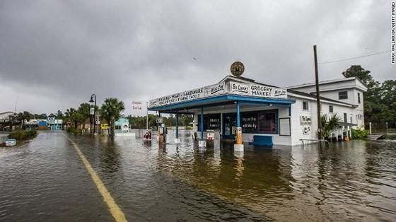 Siêu bão Michael tấn công Florida: 17 người chết, một căn cứ quân sự bị san bằng, cả thị trấn bị xóa sổ ảnh 49