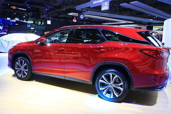 Không có xe giá rẻ, xe mới tiền tỷ đến cả chục tỷ đồng áp đảo thị trường ô tô Việt Nam cuối năm - Ảnh 3.