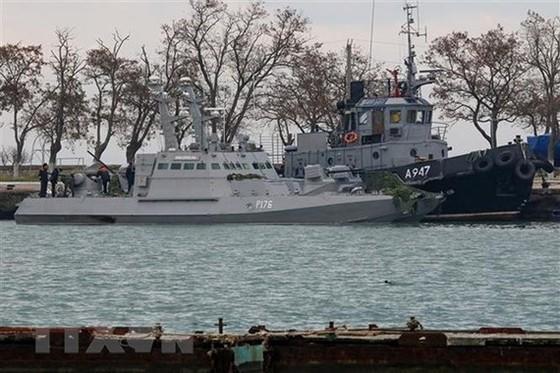 Tàu quân sự Ukraine bị lực lượng biên phòng trực thuộc FSB bắt giữ tại cảng Kerch ngày 26-11-2018. Ảnh: TTXVN