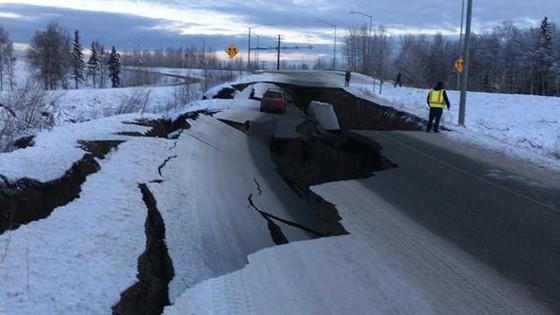 Trận động đất có cường độ 7 đã làm rung chuyển thành phố Anchorage, bang Alaska, Mỹ, gây thiệt hại lớn đến cơ sở hạ tầng. Ảnh: NHPR.ORG