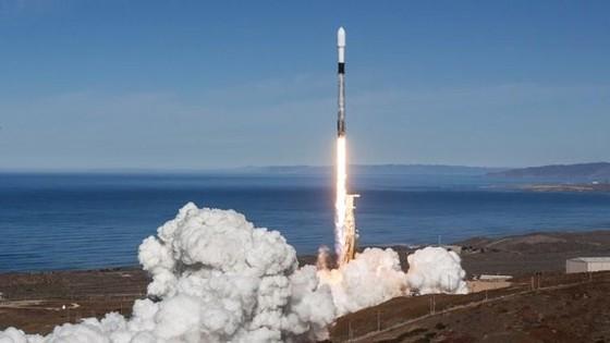 Tên lửa Falcon 9 rời bệ phóng để đưa cùng lúc 64 vệ tinh lên vũ trụ. Ảnh: SpaceX