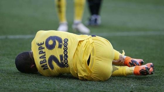 Kylian Mbappe cũng dính chấn thương mắt cá chân nhưng không nghiêm trọng như Neymar