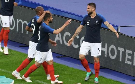 Giroud (9) ăn mừng chiến thắng với các đồng đội
