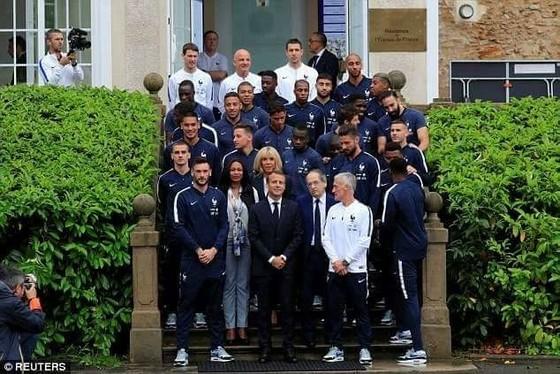 Tổng thống Macron chụp lưu niệm với đội tuyển Pháp