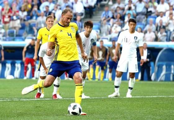 Andreas Granqvist sút thắng quả 11m cho Thụy Điển