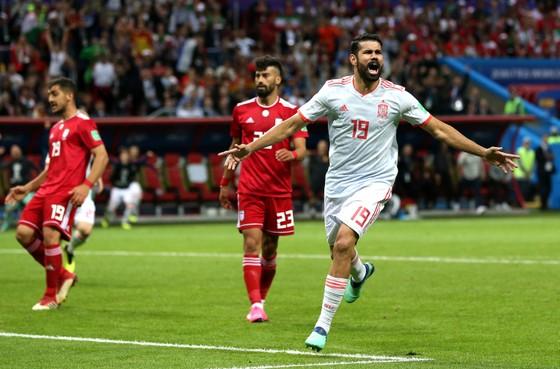 Diego Costa có bàn thắng khi bóng bật chân anh văng vào lưới.