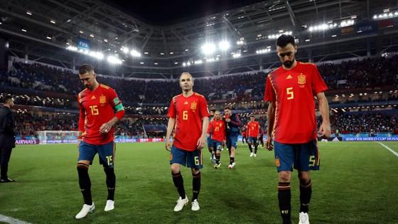 Sergio Ramos và Iniesta cũng nằm trong số những cầu thủ bị chỉ trích.