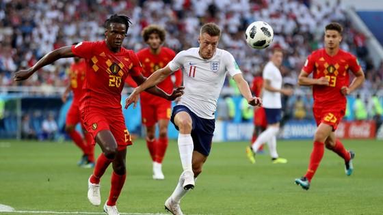 James Vardy đột phá qua hậu vệ tuyển Bỉ.