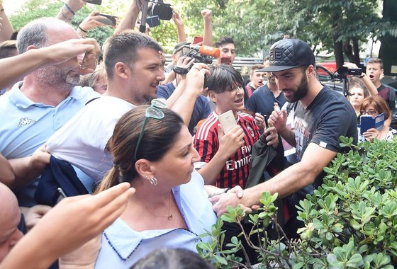 Higuain cập bến Milan, Bonucci giàm lương gia nhập Juventus ảnh 1