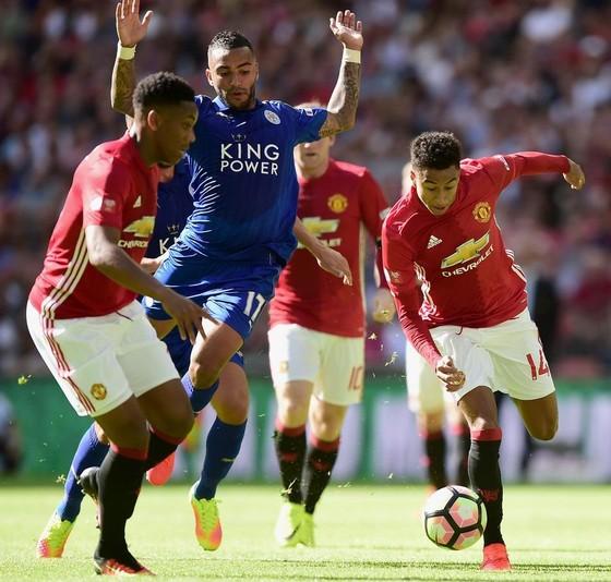 Jesse Lingard (phải, Manchester United) kiểm soát bóng trước Danny Simpson (Leicester City)