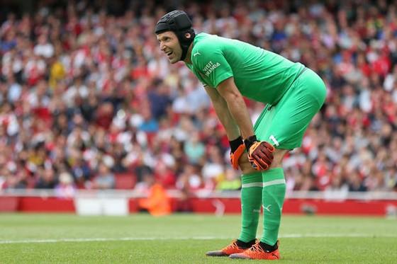 Petr Cech chơi không mấy tốt trong trận mở màn mùa giải.