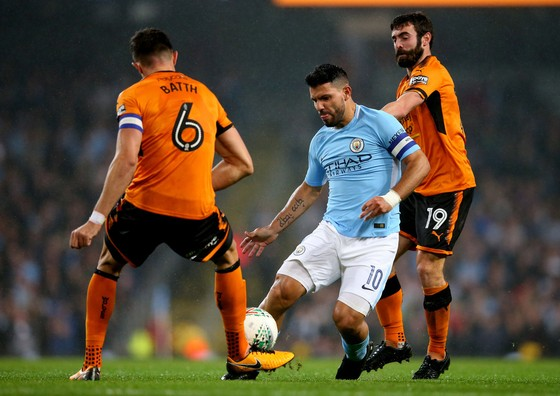 Sergio Aguero (Man City) đi bóng qua hàng thủ Wolverhampton.