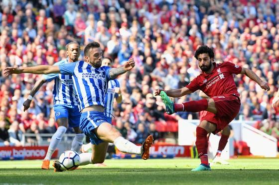 Mohamed Salah (phải, Liverpool) ghi bàn vào lưới Brighton.