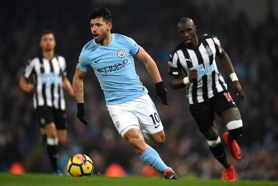 Sergio Aguero (Man City) đi bóng trước hàng thủ Newcastlew.