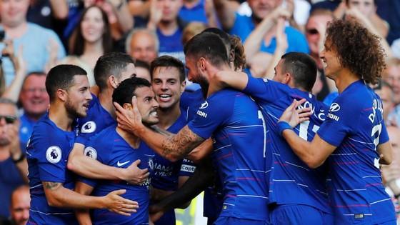 Các câu thủ Chelsea mừng bàn thắng của Pedro.