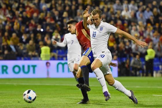 Harry Kane (phải, tuyển Anh) bứt phá qua Marc Bartra (Tây Ban Nha)
