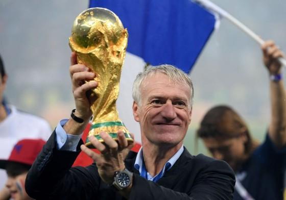Didier Deschamps giương cao chiếc cúp tjhế giới ở Nga.