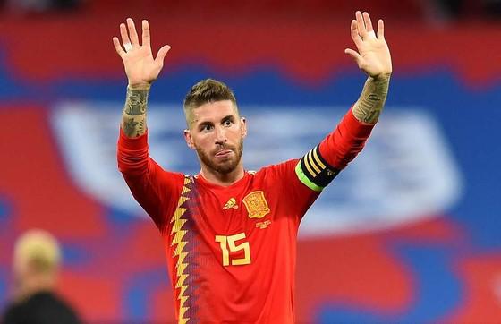 Sergio Ramos bị la chộ trên sân Wembey