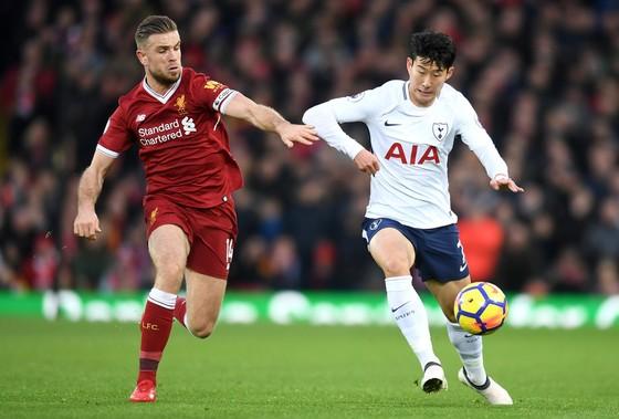 Heung-Min Son (phải, Tottenham) tranh bóng với Jordan Henderson (Liverpool)