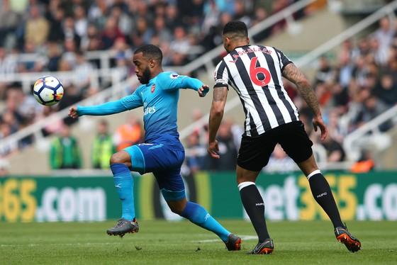 Alexandre Lacazette (trái, Arsenal) vượt qua Jamaal Lascelles (Newcastle United)