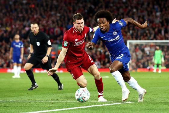 Willian (phải, Chelsea) đi bóng trước James Milner (Liverpool)