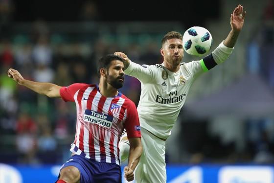 Diego Costa (trái, Atletico) tranh bóing với Sergio Ramos (Real Madrid)