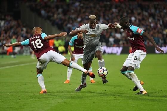 Paul Pogba (giữa, Manchester United) đột pha qua 2 hậu vệ West Ham