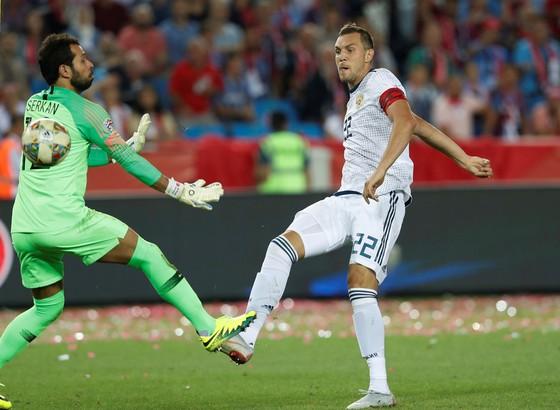 Artem Dzyuba (phải, Nga) ghi bàn vào lưới Thổ Nhĩ Kỳ.