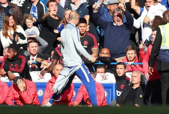 Điều gì khiến Mourinho nổi điên ở Stamford Bridge? ảnh 1