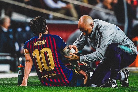 Messi đang được sơ cứu trên sân