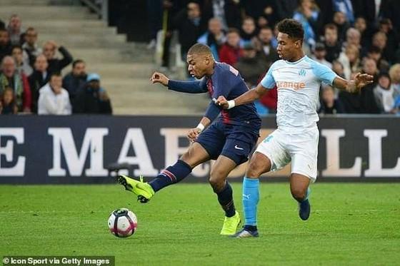Kylian Mbappe ghi bàn vào lưới Marseille.