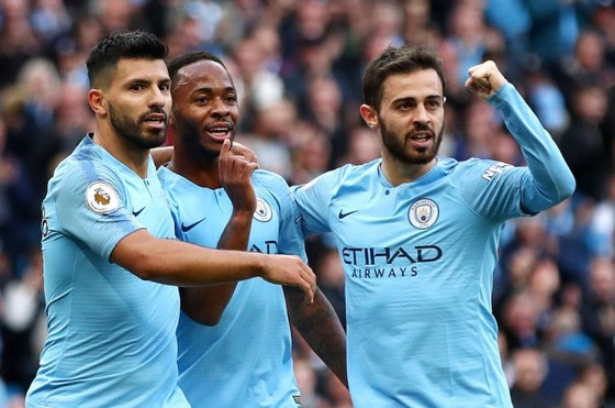 Bernardo Silva (phải) ăn mừng bàn thắng cùng Sergio Aguero và Raheem Sterling