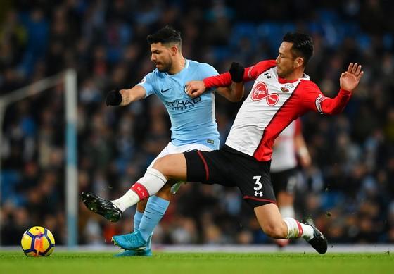 Sergio Aguero (trái, Man City) vượt qua hậu vệ Southampton