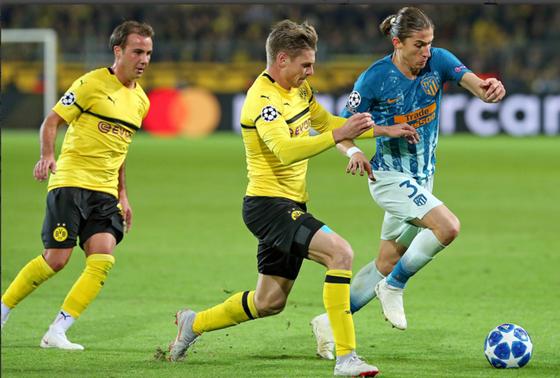 Luis Filipe (phải, Atletico) cố gắng vượt qua Lukasz Piszczek (Dortmund)