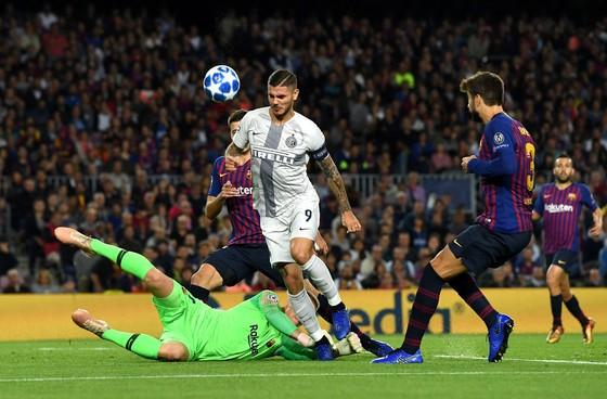 Thủ thành Marc-Andre Ter Stegan (Barcelona) bắt bóng trong chân Mauro Icardi (Inter Milan)