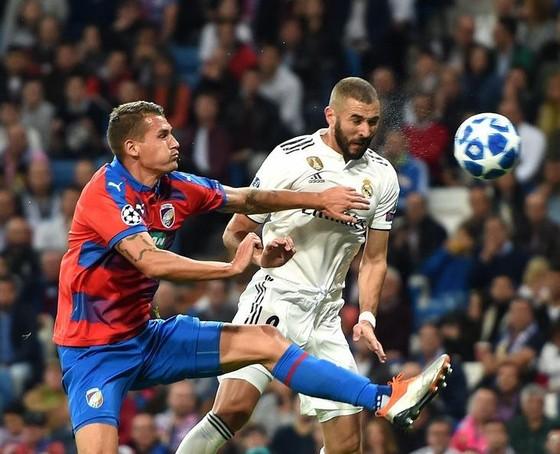 Karim Benzema (phải, Real Madrid) tranh bóng với hậu vệ Plzen