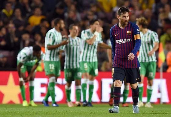 Messi thất vọng rời sân sau trậnbthua Betis