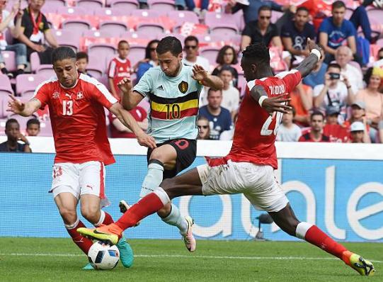 Eden Hazard đột phá qua phòng tuyến Thụy Sĩ
