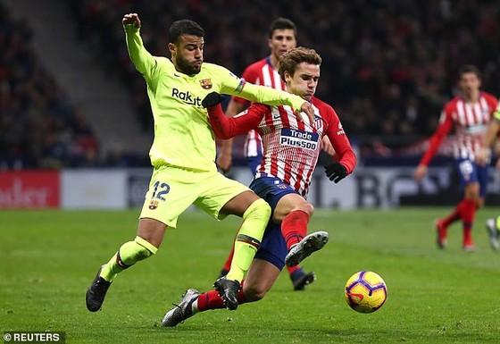 Rafinha (trái, Barca) tranh bóng với Antoine Griezmann (Atletico)