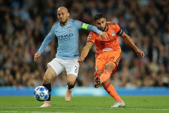 Nabil Fekir (phải, Lyon) ghi bàn trước áp lực của David Silva
