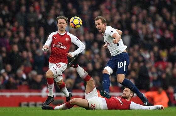 Harrty Kane (phảio, Tottenham) tung hoành trước khung thành Arsenal.